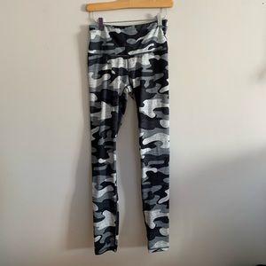 Reebok Womens Small Leggings Gray Black Camo Print